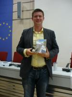 Kai-Steffen Schwarz nimmt Auszeichnung für Vertraute Fremde entgegen