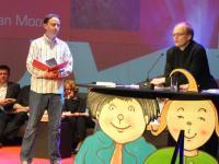 Andreas Mergenthaler nimmt Preis für Alan Moore entgegen