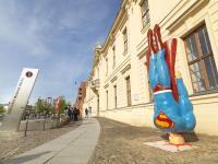 Superman-Figur von Marcus Wittmers vor dem Jüdischen Museum Berlin © Jüdisches Museum Berlin, Foto: Jens Ziehe