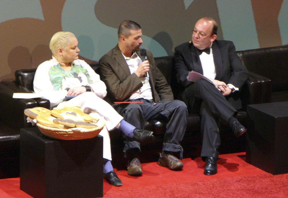 Die Moderatoren Denis Scheck (rechts) und Hella von Sinnen im Gespräch mit Ralf König beim Max-und-Moritz-Preis 2010