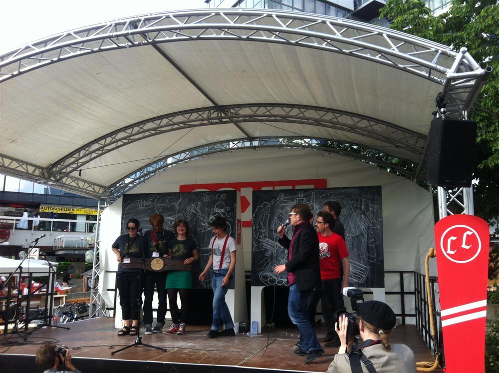 Das Team des oh-Magazins mit Gewinnergürtel beim Comic Clash auf Comic-Salon 2012