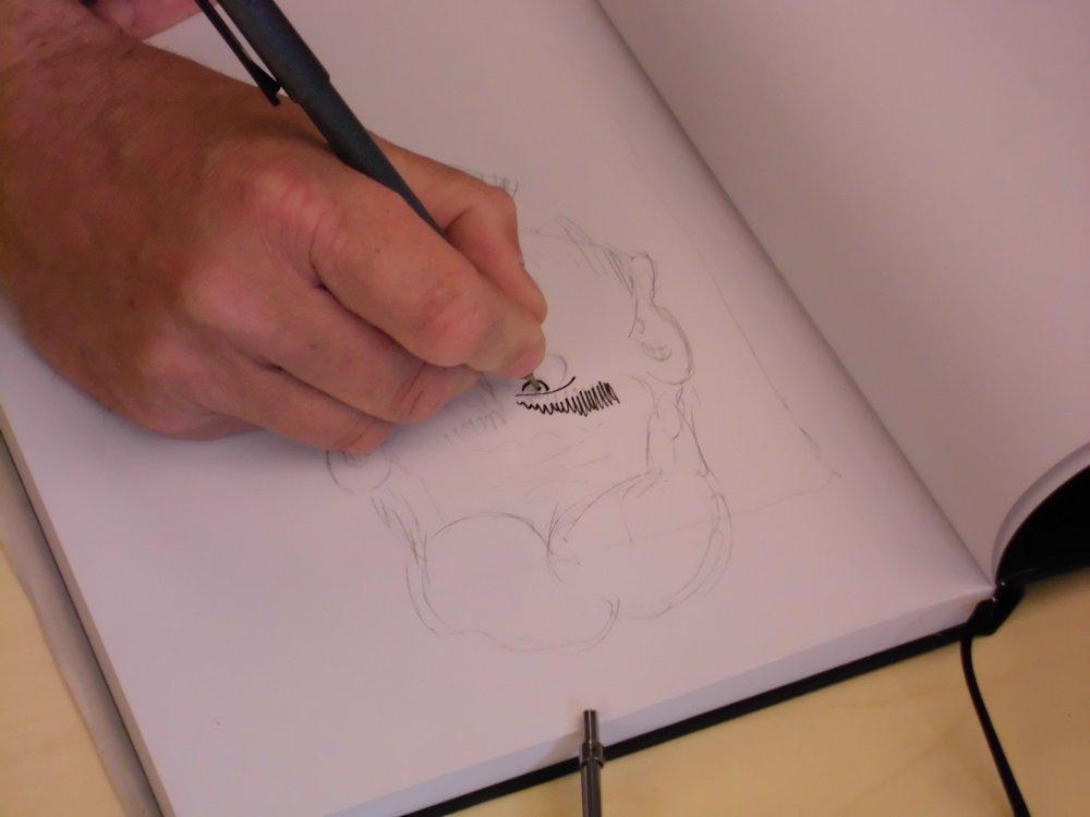 Lutz Mathesdorf zeichnet in ein Skizzenbuch