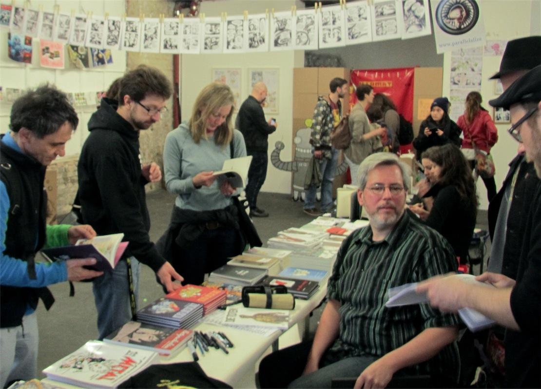 Michael Vogt (Die Toten) bekommt am Zwerchfell-Tisch Instruktionen von den Verlegern Tauber und Dinter.