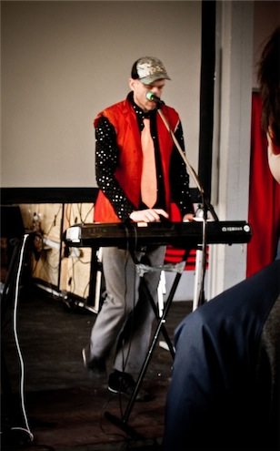 Stephen Paul Taylor performt mit Ganzkörpereinsatz