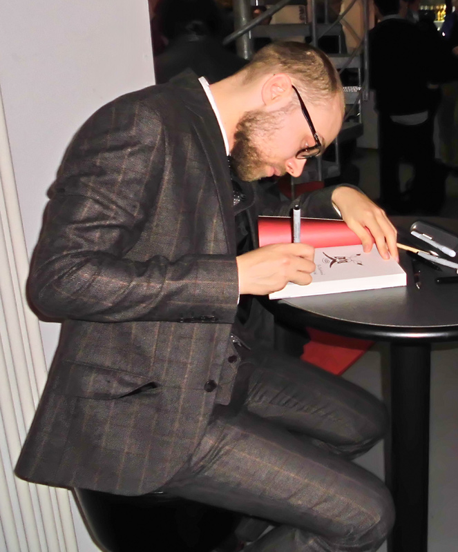 Simon Schwartz beim Signieren seiner Comics