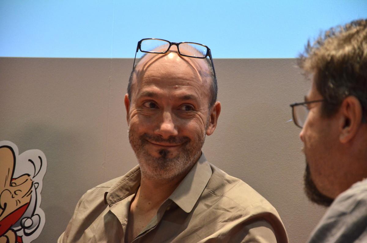 Der neue Asterix-Autor Jean-Yves Ferri spricht zu Übersetzer Klaus Jöken während der Diskussion am Samstag